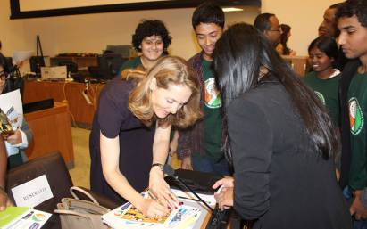 Princess-Sarah-Zeid-of-Jordan-signing-the-pledge-(unga)-(1)